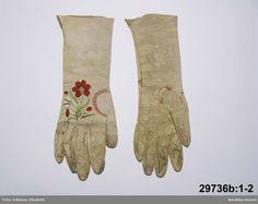 SE Vimmerby. b: 1-2  1 par handskar  för kvinna av vitt skinn,  med lång krage Broderi på handens ovansida blommönster .