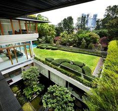 architektenhaus mit extensiver dachbegrünung-wassergarten-innenhof  wohnideen.minimalisti.com