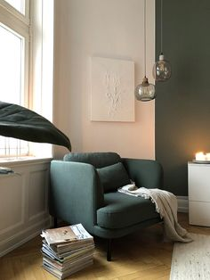"""Herman zieht ein – Ein kleines Wohnzimmer Makeover – Lounge-Sessel """"Herman"""" von made.com mit extra Kissen, grüner Wand und Hängelampen aus Glas"""