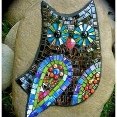 Mosaic Owl Rock by Australian artist Liz Tonkin Mosaic Crafts, Mosaic Projects, Stained Glass Projects, Stained Glass Art, Owl Mosaic, Mosaic Birds, Mosaic Art, Ceramic Tile Art, Mosaic Rocks