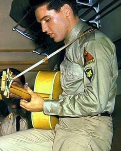 """Loving Elvis that's all & sharing that love with you """"Welcome to my world"""" I DONT own any of the pictures I post ⚡️⚡️ Elvis Presley Army, Elvis Presley Family, Elvis Presley Photos, Elvis And Priscilla, Priscilla Presley, Elvis Today, Robert Sean Leonard, Pop Rock Music, Country Songs"""