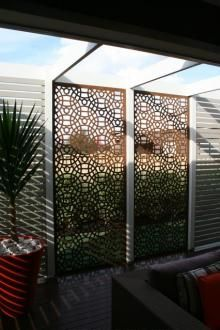 Opposite this color scheme (wood fence, white screen) Outdoor Screens, House Exterior, Backyard Projects, Outdoor Entertaining Area, Screen Design, Outdoor Decor, Outdoor Rooms, Decorative Screens, Garden Design