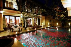 i love this pool with rose petals on it!