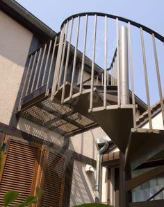 Photo S28 - Gamme Initiale - SPIR'DÉCO® Classique. Escalier standard d'extérieur en acier galvanisé y compris palier en caillebottis métallique à l'arrivée. - © Photo : Gilles PUECH