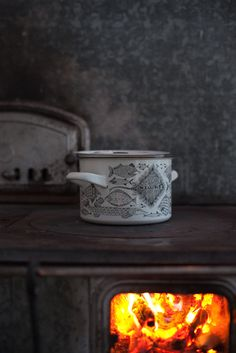 Arabia Finel Neptun kattila design by Esteri Tomula. Farm Lifestyle, Summer Cabins, Vintage Enamelware, Winter Cabin, Hygge Home, Decorating On A Budget, Home Look, Scandinavian Style, Rustic Style