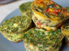 Na forma de cupcakes, é super fácil fazer e customizar omelete de vegetais ao forno. Uma delícia para levar para o trabalho, escola, para as crianças