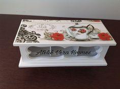 Porta chá em mdf com três divisórias pintada na cor branca e decorada com papel para decoupage.