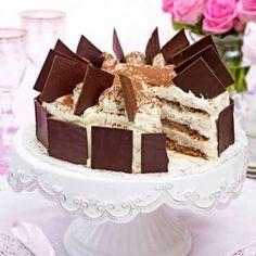 En riktigt gräddig och läcker tårtklassiker med chokladplattor på kanterna och toppen.