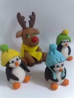 une famille de pingouin et un petit renne attendent sagement