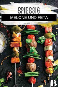 Melonen-Käse-Spie�. Bevor die vegetarische Häppchenreihe gegrillt wird, aromatisieren wir die Melonen-Käse-Spie� mit einer hübsch scharfen �lkreation. #melone #feta Diet And Nutrition, Hot Dogs, Grilling, Sandwiches, Bbq, Ethnic Recipes, Food, Burgers, German