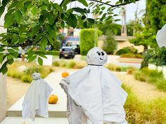Halloween decorations made from recyclabe material. Healthy Halloween, Halloween Treats, Halloween Decorations, Spooky Trees, Old Pillows, Fun, Halloween Art, Hilarious