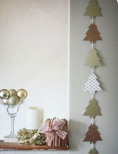 christmas - love this. no instructions. in fact I got a suspicious link warning. but still want to hang onto the idea. christmas - love this. no instructions. in fact I got a suspicious link warning. but still want to hang onto the idea. Diy Christmas Garland, Noel Christmas, Christmas Paper, Winter Christmas, Christmas Decorations, Diy Garland, Crochet Christmas, Garland Decoration, Garland Ideas