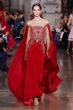 See all the Georges Hobeika Haute Couture Spring/Summer 2018 photos on Vogue. Georges Hobeika, Style Couture, Haute Couture Fashion, Spring Couture, Look Fashion, Runway Fashion, Paris Fashion, Fashion Fotografie, Collection Couture