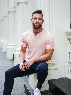 Summer style inspiration with a pink short sleeve henley navy chinos no show socks white sneakers Men Looks, Stylish Men, Men Casual, Casual Menswear, Navy Chinos, Moda Formal, Look Man, Trendy Hairstyles, Casual Looks