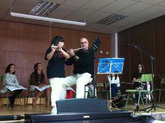 Paco Oviedo acompanya Marisa amb la flauta durant l'audició (23-3-2013).