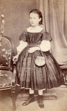 Young girl by P. Mateille during the Second Empire (1852-1870) | 1860s small leather (?) shell-shaped purse with classic U-shaped handle