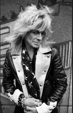 Poseeraustaitojensa puolesta rocktähti Michael Monroe voisi harkita vaikka mallinuraa.