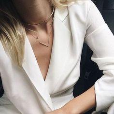 Que tal usar Blazer assim, como as fashionistas, explorando o decote, sem blusa por baixo e com vários colares? Uma opção linda, é fechar o blazer com um cinto largo, ajustando a cintura alta. Luxo! Tem seleção de blazer brancos aqui -http://buyerandbrand.com.br/mododeusarmoda/?go=HEiMsr e essa linha de colares, para montar com a nossa cara, é demais -http://buyerandbrand.com.br/mododeusarmoda/?bi=2pRwoq7