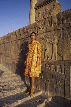 Farah Diba kam als Gemahlin des Schahs die zweite Hauptrolle zu. Persian Pattern, Persian Motifs, Persian Princess, Iran Pictures, Pahlavi Dynasty, The Shah Of Iran, Teheran, Farah Diba, Persian Architecture