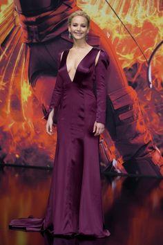 Jennifer Lawrence com look Dior na premiere de Jogos Vorazes - A Esperança parte 2 | Jen Law purple dress on Mockingjay Part 2 premiere/ Hunger Games