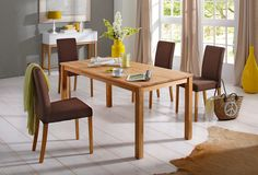 Die zeitlos hochwertige Essgruppe besteht aus einem Tisch (B/T/H) 160/80/72 cm und vier Stühlen. Die Stühle sind in 4 verschiedenen Farben erhältlich. Das aus FSC®-zertifiziertem Holzwerkstoff gefertigte Gestell ist mit einem edlen und angenehmen Strukturstoff bezogen, der durch seine dezent schillernde Optik besticht. Die Stuhlbeine und der Tisch sind aus FSC®-zertifizierter, massiver Eiche ge...