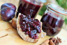 Kořeněný džem ze švestek a červeného vína