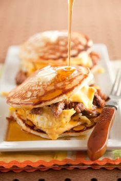 Para esos días en que quieres comer de todo! --> Colocar un panqueca, encima una rodaja de queso americano, encima huevos revueltos con salchichas o tocineta, otra rodaja de queso americano. Cierra con otra panqueca y baña con sirope de maple! DECADENTE!