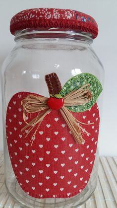 Pote de vidro com decoupage de tecido e, tampa forrada com tecido.  O modelo do vidro é de palmito com a tampa de boca larga que mede 10 cm (a tampa é de metal). Jar Crafts, Bottle Crafts, Diy And Crafts, Mason Jar Gifts, Mason Jar Diy, Decoupage Jars, Apple Festival, Apple Kitchen Decor, Recycled Crafts