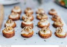 For a healthier alternative to flat breads, prepare these sweet potato crostinis, topped with juicy slices of pear and crunchy walnuts. Wine Recipes, Easy Recipes, Healthy Sweets, Party Snacks, Easy Meals, Simple Meals, Yummy Drinks, Thanksgiving Recipes, I Foods
