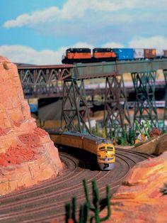 Die Union Pacific schlängelt sich durch die atemberaubende, rote Felslandschaft des Grand Canyon.