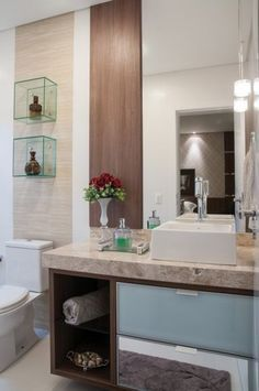 A individualidade também foi respeitada na composição da bancada da pia, com duas cubas. Nos banheiros das demais suítes, a mesma leveza e requinte imperam, com nichos decorativos e grandes painéis de espelhos.