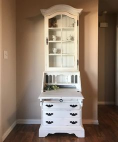 The before and after on this piece is just absolutely incredible. Vintage hutch, curio cabinet, secretary desk make over. It definitely went from drab to fab! I LOVE that antique hammered glass front and the curved edges. Redone in white chalk paint. This could be a fun DIY project for the right piece! Original Ethan Allen. Click the link to see the before photos! Credit @seabeemarket on Facebook and Instagram.