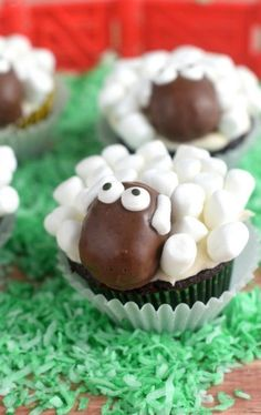 Easter brunch: with THESE sweet and savory recipes you make an impression! - Sweets for Easter brunch: sheep cupcakes You are in the right place about Easter Recipes Dessert He - Cupcake Recipes, Baking Recipes, Cupcake Cakes, Dessert Recipes, Cupcake Ideas, Spring Cupcakes, Easter Cupcakes, Easter Cup Cakes Ideas, Flower Cupcakes