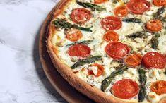 "Mehevä tonnikalapiirakka on helppoakin helpompi - ""Maailman paras! Vegetable Pizza, Feta, Food And Drink, Vegetables, Vegetable Recipes, Veggie Food, Vegetarian Pizza, Veggies"