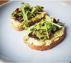 Avokádový toast s pancettou glazovanou v javorovém sirupu