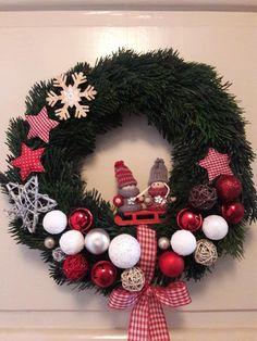 Vánoční věnec na dveře, krom korpusu vyrobený zcela mou maličkostí:-) Nejraději mám tu dvojici na sáňkách uprostřed! Christmas Wreaths, Holiday Decor, Home Decor, Noel, Decoration Home, Room Decor, Home Interior Design, Home Decoration, Interior Design