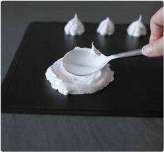 Maintenant que je vous ai présenté les trois recettes de meringues, j'aimerai m'attarder un peu plus sur le façonnage, à savoir : - la pavlova (nid) - en d