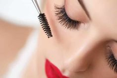 Protect your eyes from possible eye infection by throwing away your old mascara every 3 months. Creamy or liquid eye makeup like mascara is the perfect breeding ground for bacteria. Best Mascara, How To Apply Mascara, How To Apply Makeup, Applying Mascara, Apply Eyeliner, Longer Eyelashes, Long Lashes, Fake Eyelashes, Makeup Tips