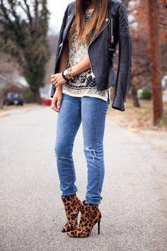Q: JAKÝ ZVOLIT OUTFIT K BOTÁM SE ZVÍŘECÍM VZOREM? A: Co nejjednodušší, ať boty vyniknou. Základní barvy, jednoduché střihy, džíny nejlépe skinny. Světlý denim + černobílé pruhované tričko + leopardí boty = nesmrtelná kombinace.