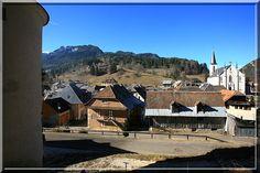 Les pieds plantés sur le rocher portant une maison forte savoyarde, en face de moi, je vois de département de l'Isère.... Il y a 5 siècles, cette tour était elle un espion à la solde des Comtes de Savoie  ?