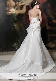Grande fiocco strutturato in questo pregevole abito da sposa Nadia Orlando. La collezione 2017 è nell'atelier Piazza di Spagna a Rende, vicino Cosenza. Scoprila su http://www.piazzadispagnasposi.it/collezioni/sposa/nadia-orlando-2017/