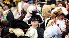 Mesmo se é Carnaval e ninguém leva a mal, as autoridades em Veneza levam a segurança muito a sério. A ameaça pode esconder-se atrás de uma máscara, por isso a polícia italiana está a empenhar meios excecionais. A bem da segurança, muitas vezes a máscara é obrigada a perder o mistério e revelar quem está atrás dela. A polícia está a fazer buscas sistemáticas. Os sacos, malas e mochilas são também passados a pente fino. No sábado, ponto alto do Carnaval, a cidade dos Doges viu-se invadida por…