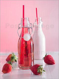 Poster Erdbeersaft und Erdbeermilch mit frischen Erdbeeren