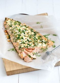 Hele zalm met kruidenkorst-whole salmon with herb crust x I Love Food, Good Food, Yummy Food, Feta, Tapas, Healthy Snacks, Healthy Recipes, Fish Dishes, Kraut