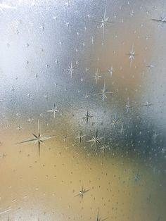 """昭和30年代に生産された古ガラス、スターバースト柄。☆Window/door glasses made in the 1950's, Japan called """"Star burst"""" pattern. ★詳しくは分かりませんが、色んな種類があって、ダイヤガラスと呼ばれているらしいです。(2017年現在) 古家と共に容赦なく破壊され続けていますが、こうした物は貴重ですし需要もある為、処分を考えている方はゴミにせず、是非、古道具屋さんなどへ回して頂きたいです。☆私も実際、引っ越しを機にこうした古ガラスを再利用した昭和レトロ調テレビ台を購入しました。序でに茶箪笥は本物の中古をゲット。家も古民家、家具も木製で統一している為、現代風の無機質なテレビ台を見る度にイラっとしてました (^^;;  が、今は統一感が出ていい感じ! 昭和中期の家具大好きです!"""