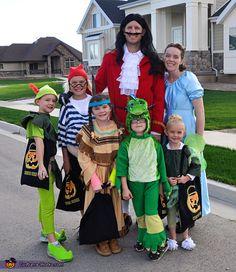 Peter Pan Family Costume - Halloween Costume Contest via Peter Pan Halloween Costumes, Halloween Costume Contest, Halloween Party, Halloween Ideas, Peter Pan Costumes, Halloween 2018, Creative Costumes, Cool Costumes, Costume Ideas