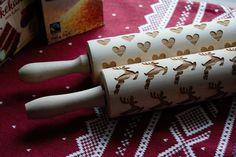 Nydelig kjevler!🥧 Håndlaget💖💖 Lag de fineste kjekser, lefser og marsipanlokk med mønster🍪🍪 Alt som kan kjevles, blir fint med mønster!  Treverket er viktig for at kjevle skal holde seg fint og hardt nok til kjevling.Vaskes med bare vann og om de blir tørre etter mange gangers bruk, smør kjevlet med matolje!  *Kjeve er 39 cm lange inkl skaft. diameter på 7 cm Selve kjevlet er 20 cm Rolling Pin, Hygge