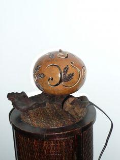 Lampe calebasse boule motifs feuille sur pied de vigne