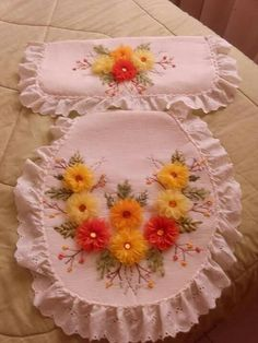 Manualidad bordado de listón Flower Crafts, Margarita, Crochet, Hand Embroidery, Sewing Crafts, Diy And Crafts, Stitch, Flowers, Design