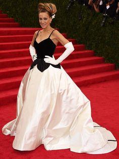 Sarah Jessica Parker  A atriz usou um longo preto e branco do estilista Oscar de la Renta, complementado por luvas brancas 7/8. Getty Images - Getty Images
